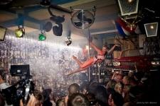 Plný exkluzivní bar tleskal vystoupení v Pole Dance, organizace mobilní casino